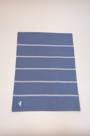 Blå dækkeserviet med hvide striber fra Lene Bjerre