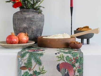 Bordløber af økologisk bomuld fra Ekelund -DOMHERRE. Dompap på grangrene