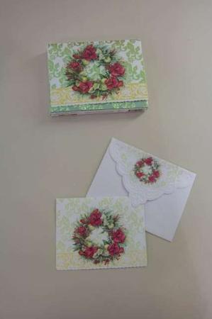 Fine julekort med gran og amarylis. Julekrans på julekort med kuvert.