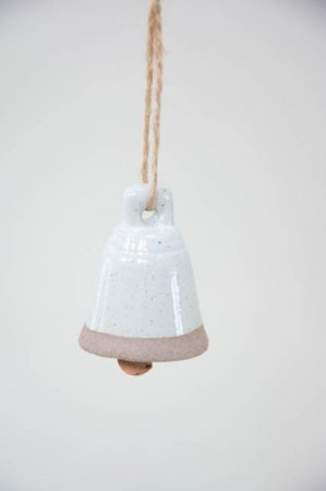 Lys sandfarvet keramikklokke til ophæng. Klokke af porcelæn