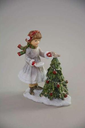 Pige pynter juletræ. Julefigur julepynt 2020.
