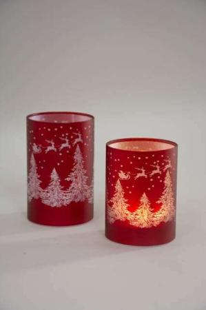 Rød LED fyrfadsstage med grantræer og rensdyr. Lysende julestage med julemandens kane.