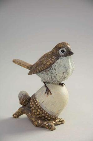 Stående deko fugl på agern. Julefigur af havens fugle. Julepynt 2020.