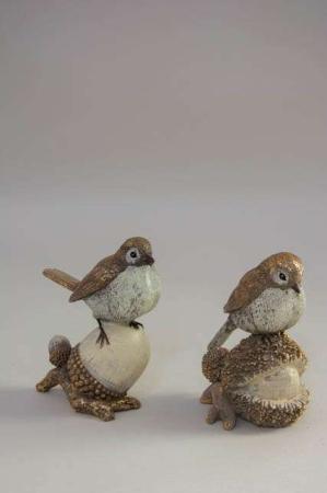 Stående deko fugle på skovbunden. Julefigur af havens fugle. Julepynt 2020.