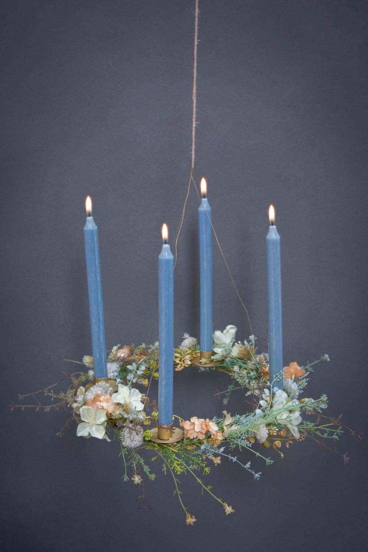 Adventskrans 2020 - messing adventskrans pyntet med kunstige tørrede blomster