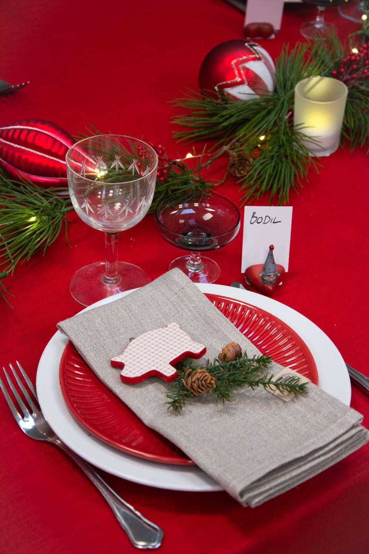 Bordpynt til jul - klassisk rød juledug pyntet med julekugler og gran