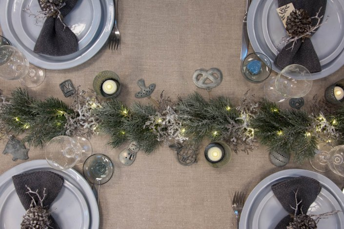Inspiration til julebord 2020 - gran, zink ornamenter og lyskæde