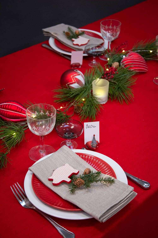 Juleborddækning 2020 - klassisk rød og hvid med gran