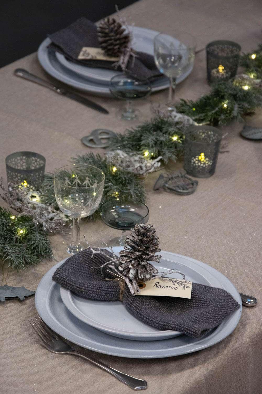 Julebordpynt med gran, zink ornamenter og lyskæde