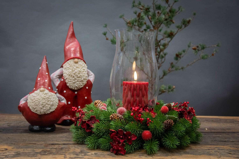 Juledekoration i grankrans med kogler og røde bær