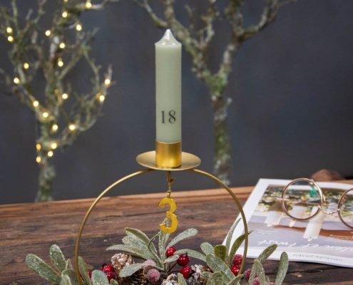 Lille juledekoration med adventstale og kalenderlys