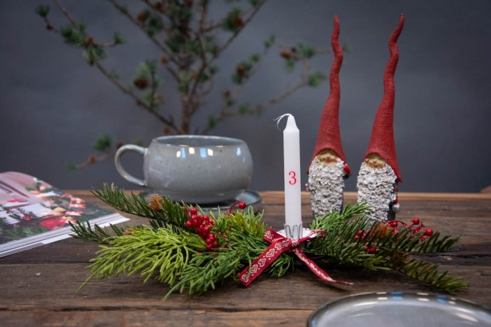 Lille juledekoration med gran og kalenderlys