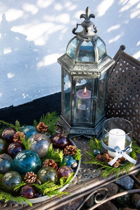 Udendørs juledekoration med julekugler