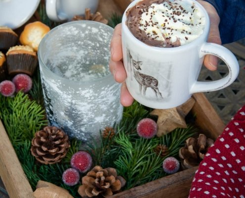 Udendørs julehygge - juledekoration i træbakke