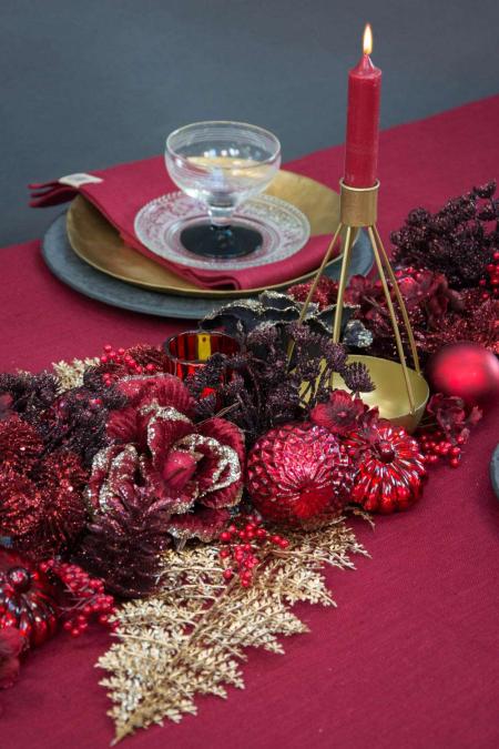 Bordpynt til jul - bordeaux, røde julekugler og guld glimmer