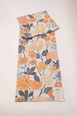 Bordløber af økologisk bomuld fra Ekelund - BODUM. Orange og beige blomster