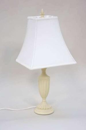 Cremefarvet bordlampe med hvid skærm