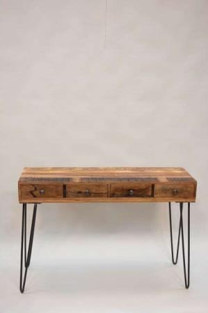 Konsolbord i rustik træ med stål ben