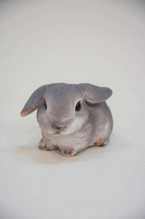 Lille grå påskehare figur med løftet øre