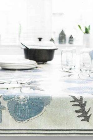 Økologisk stofdug med blå valmuer på grå baggrund - ekelund