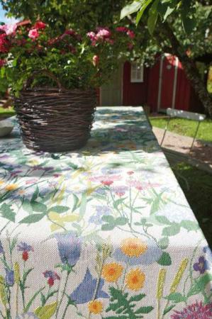 Vævet sommerdug med sommerblomster fra Ekelund - Sommartid 145 x 145