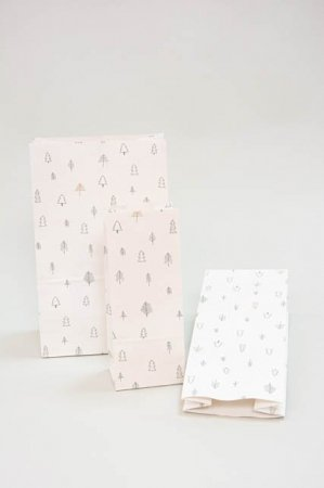 Gavepose med motiv af juletræer - Klodsbundspose til indpakning