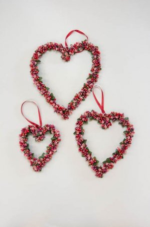 Byd dine gæster velkommen ved at hænge hjertekransen op på fordøren, hvor den smukke glimtende krans rigtig kan komme til sin ret. Julehjertet findes i tre forskellige størrelses-varianter.