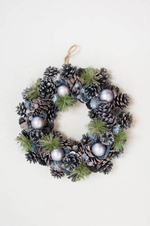 Kunstig koglekrans - Krans til jul - Blå koglekrans