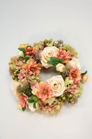 Kunstig blomsterkrans i sarte farver - Kunstig krans med roser