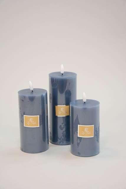Led bloklys dueblå med statisk flamme - LED bloklys Ø 7,4 cm