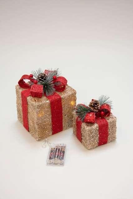 Pyntegaver med rødt bånd og LED - Julepynt 2021 - Pyntegaver med guldglimmer